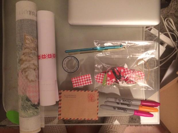 Éste fue el regalo que le hice a Natalia, tenía washitape, hilos para bordar, crochet, una esterilla con diseño de gatos para bordar, lapieces, sobres y moldes para aprender a coser a máquina :)