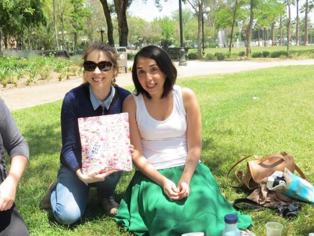 La Natalia entregándole su regalo a la Andrea